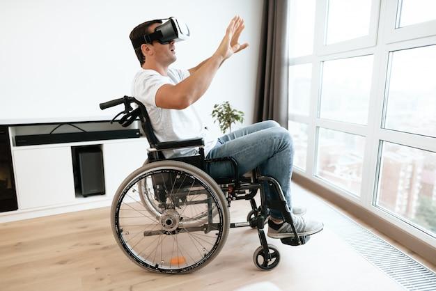 Pessoa com deficiência em cadeira de rodas em óculos de realidade virtual