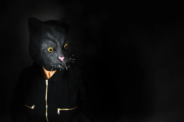 Pessoa com máscara de gato em meia sombra