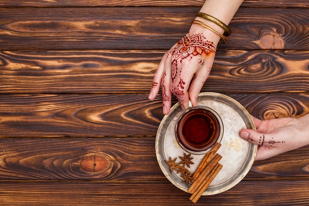 Pessoa, com, mehndi, segurando, xícara chá, ligado, prato grande