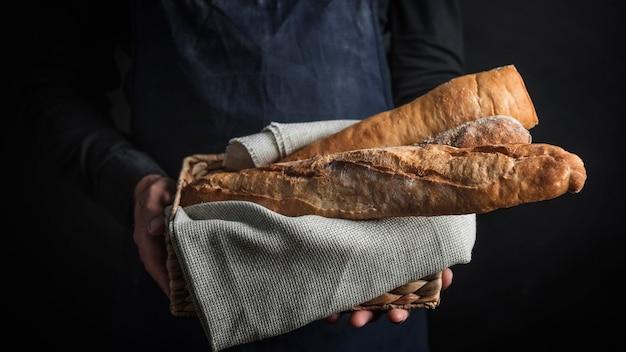 Pessoa com tiro médio segurando pão