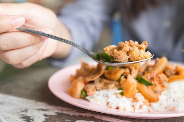 Pessoa, comer, arroz, coberto, com, carne, com, feijões corda, e, ovo frito