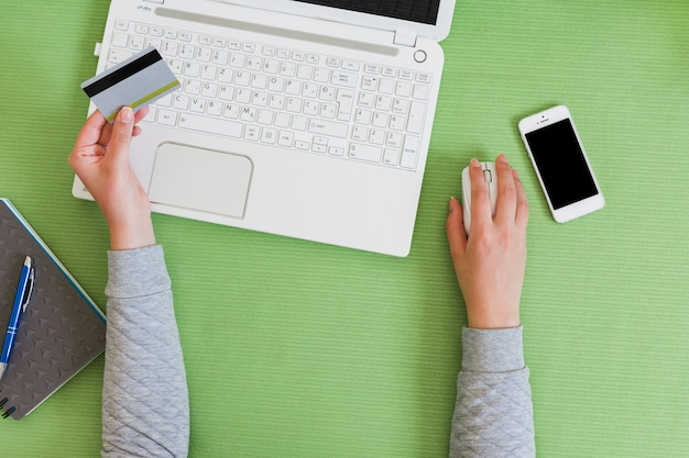 Pessoa comprando on-line com um laptop