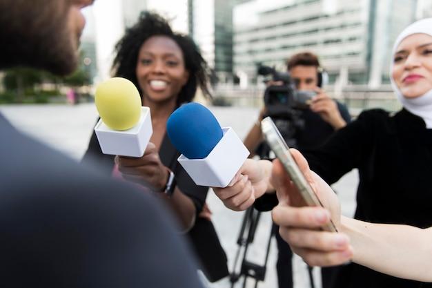 Pessoa conduzindo uma entrevista