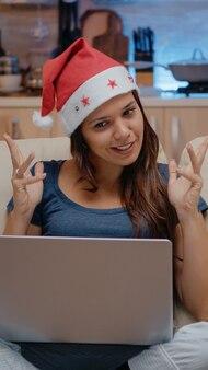 Pessoa conversando com a família em videoconferência