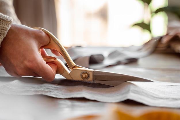 Pessoa cortando tecido para costura Foto gratuita