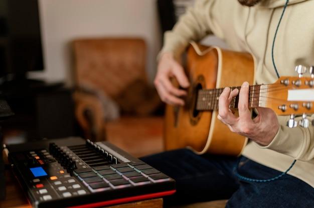 Pessoa criativa praticando música