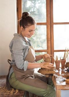Pessoa criativa trabalhando em uma oficina de cerâmica