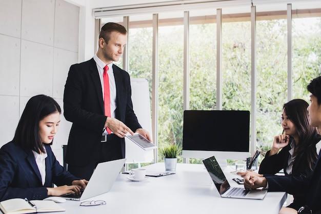 Pessoa de analistas de mercado usar laptop para planejamento e brain storming com negócios de marketing p