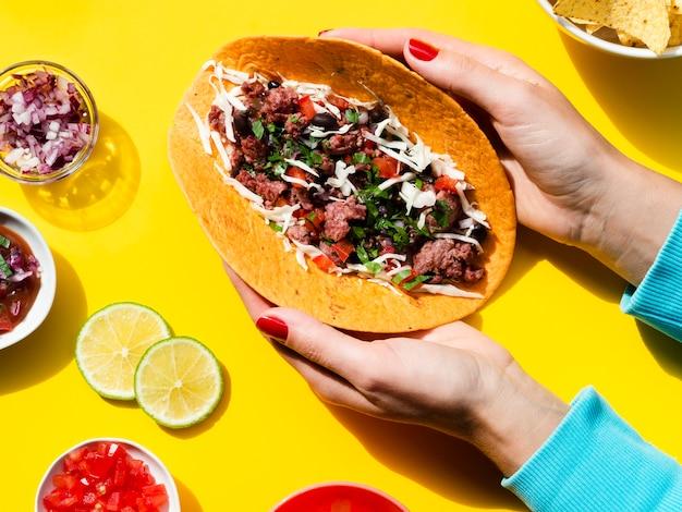 Pessoa de close-up com deliciosa comida mexicana
