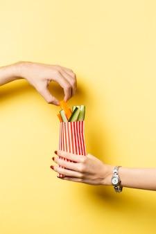 Pessoa de close-up, compartilhando legumes