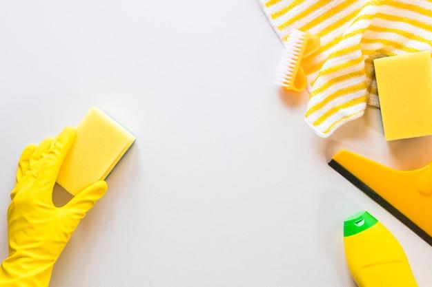 Pessoa de close-up, limpeza de superfície com esponja
