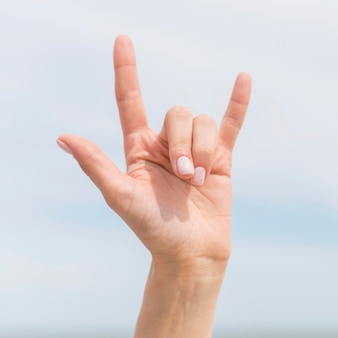 Pessoa de close-up usando a linguagem de sinais para se comunicar