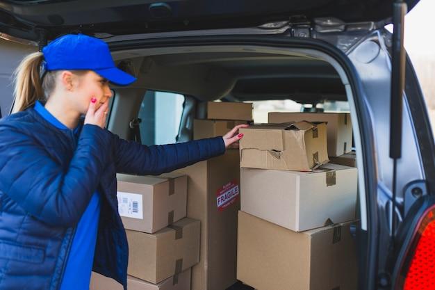 Pessoa de entrega com problemas de transporte de pacotes