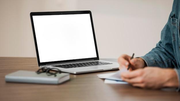 Pessoa de escritório minimalista e laptop com espaço de cópia