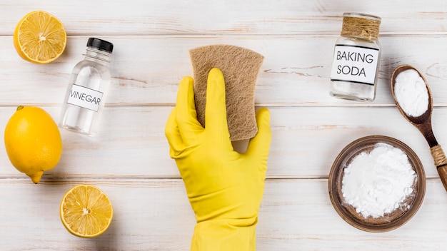 Pessoa de limpeza ecológica doméstica usando luvas de proteção