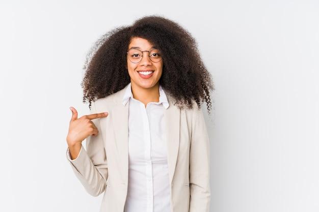 Pessoa de mulher de negócios americano africano jovem apontando à mão para um espaço de cópia de camisa, orgulhoso e confiante