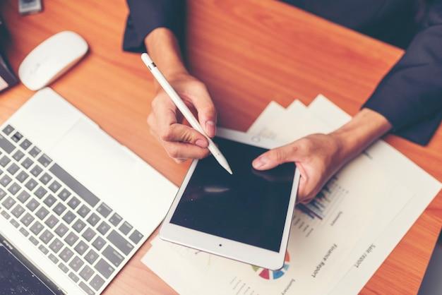 Pessoa de negócios de inicialização projetando no layout de conteúdo do site em papel