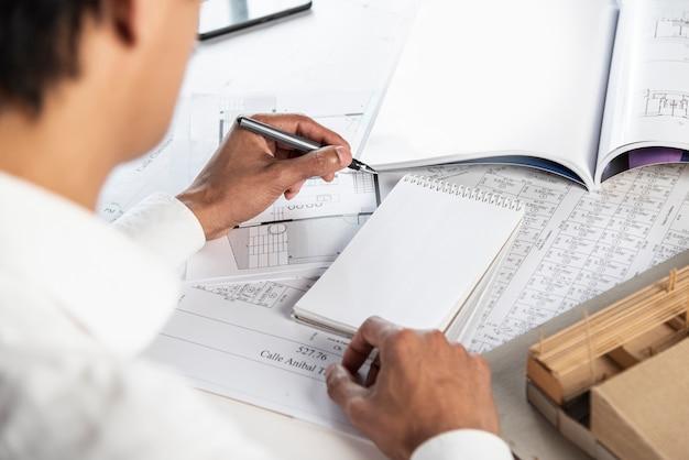 Pessoa de negócios, escrevendo por cima da vista do ombro