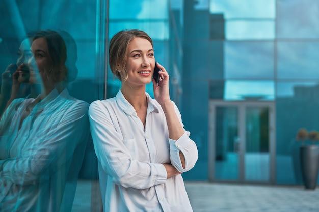 Pessoa de negócios mulher bem sucedida mulher de negócios ao ar livre com telefone celular