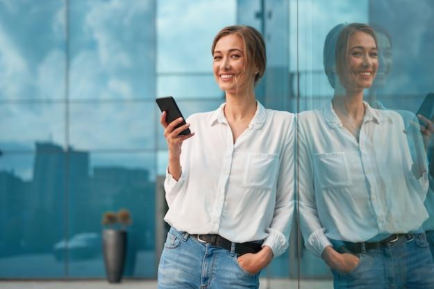 Pessoa de negócios mulher bem sucedida mulher de negócios ao ar livre com telefone celular Foto Premium