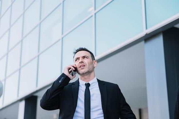 Pessoa de negócios que telefona para fora