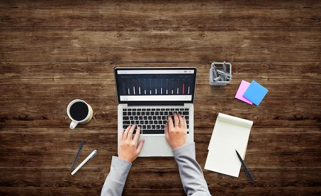 Pessoa de negócios trabalhando trabalhando o conceito de laptop