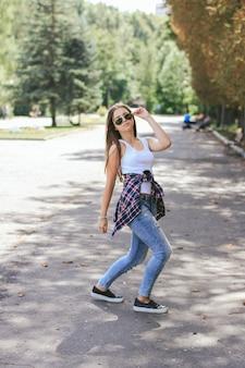 Pessoa de verão para jovens de calças de ganga