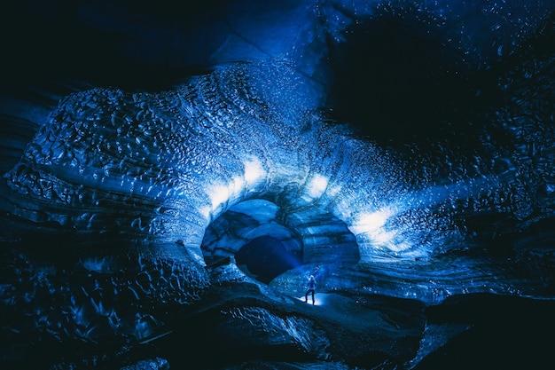 Pessoa dentro da caverna