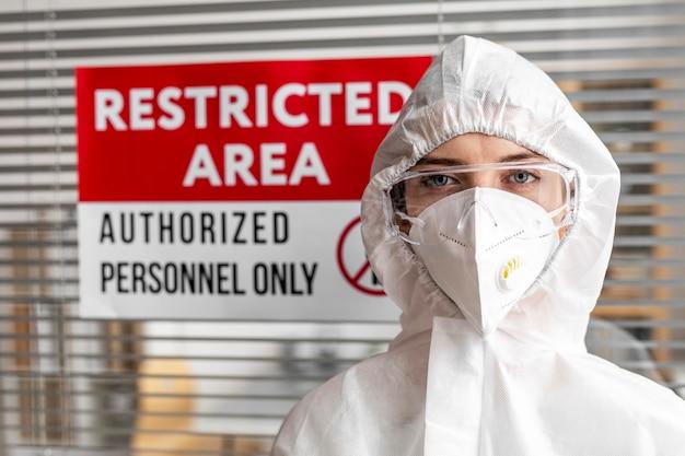 Pessoa desinfetando uma área restrita