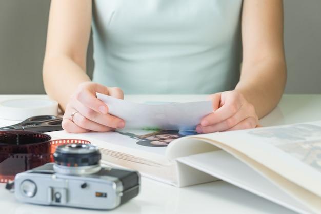 Pessoa do sexo feminino jovem detém foto impressão nas mãos