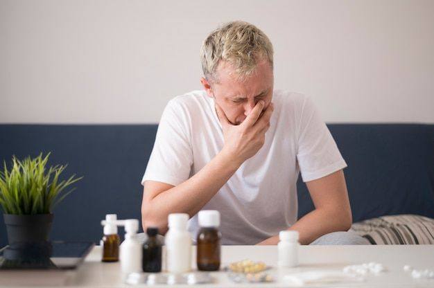 Pessoa doente, chorando na sala de estar