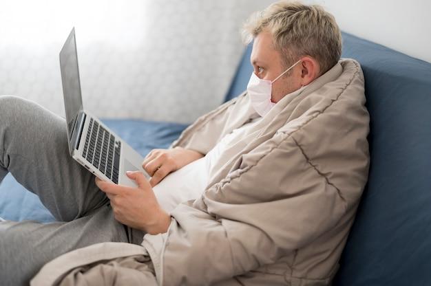 Pessoa doente, envolvida em um cobertor trabalhando