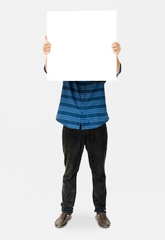 Pessoa em pé e segurando cartaz vazio