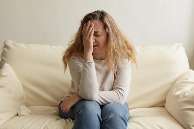 Pessoa emocional deprimida e estressante com ansiedade