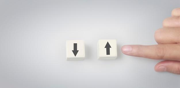 Pessoa escolhe a seta para cima em vez da seta para baixo