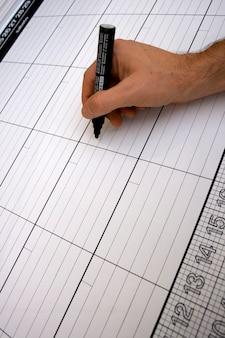 Pessoa escrevendo em um planejador italiano