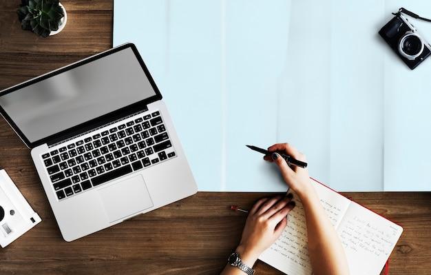 Pessoa escrevendo no escritório