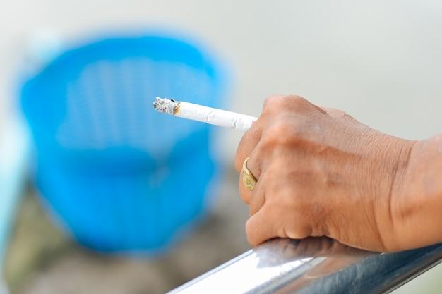 Pessoa está fumando