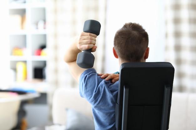 Pessoa exercício na sala de estar