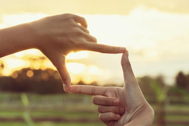 Pessoa faz mão enquadramento na natureza