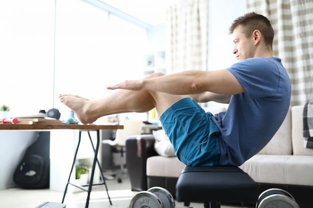 Pessoa fazendo exercício na sala de estar