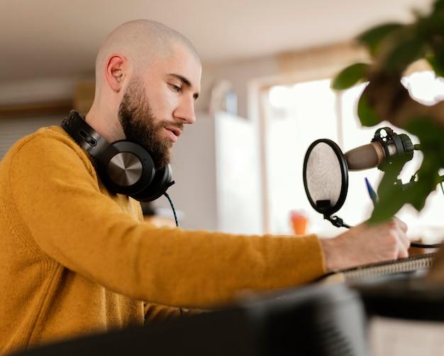 Pessoa fazendo música dentro de casa
