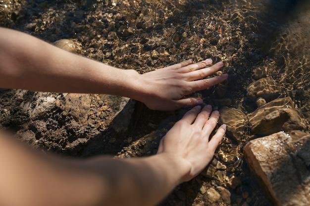 Pessoa, imergindo, mãos, em, água