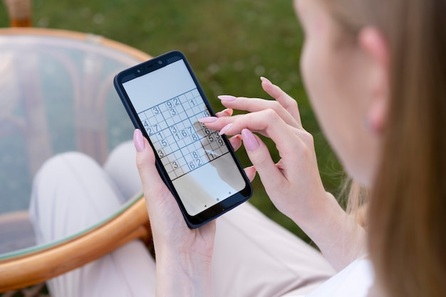 Pessoa jogando sudoku em um smartphone