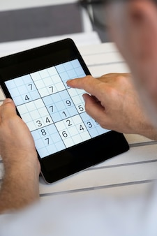 Pessoa jogando sudoku em um tablet