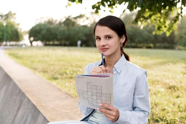 Pessoa jogando sudoku sozinha