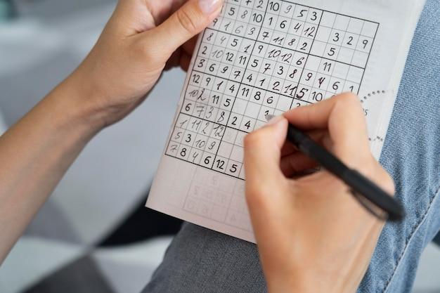 Pessoa jogando sudoku