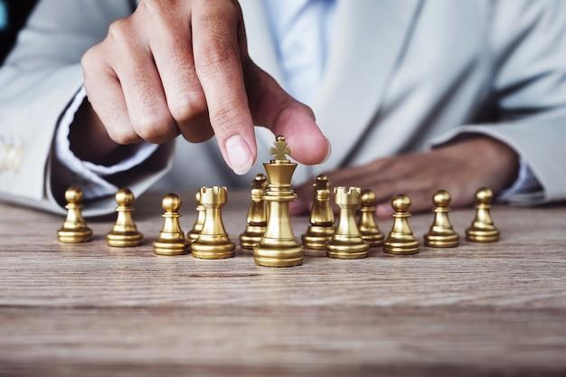 Pessoa jogando xadrez