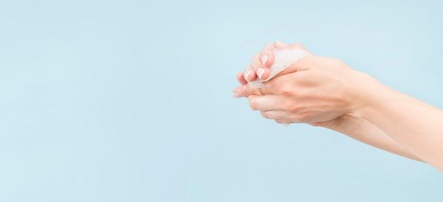 Pessoa, lavando mãos