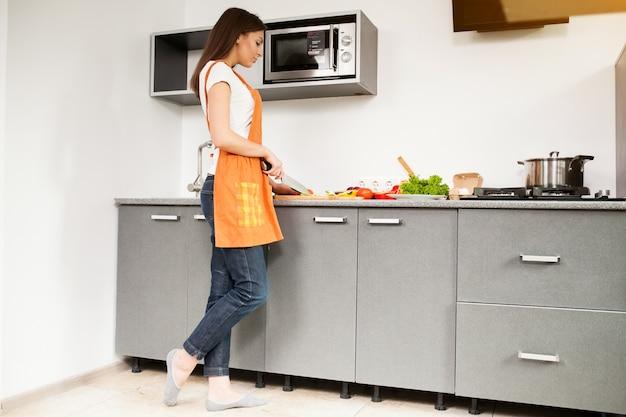 Pessoa linda cozinhar cozinha mulher